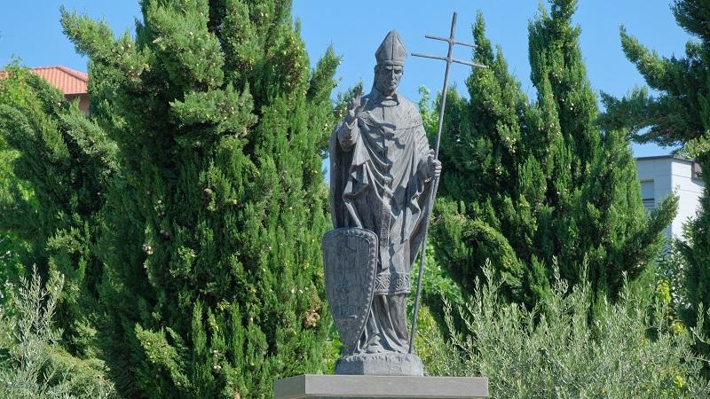 Capiago Intimiano, la statua di Ariberto da Intimiano