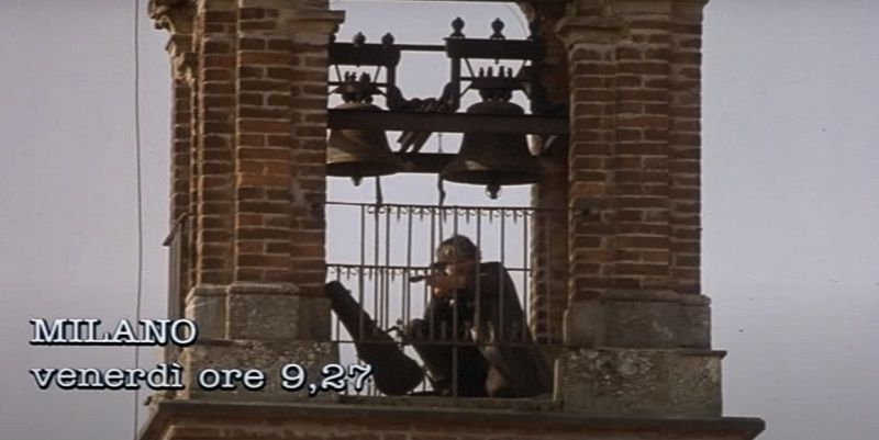 Film girati a Vimercate, Tutti gli uomini del deficiente: il campanile della chiesa del Convento di San Francesco
