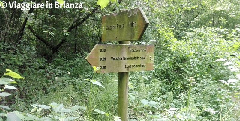 Le indicazioni per la Zoca dei Pirutit nel Parco della Brughiera Briantea