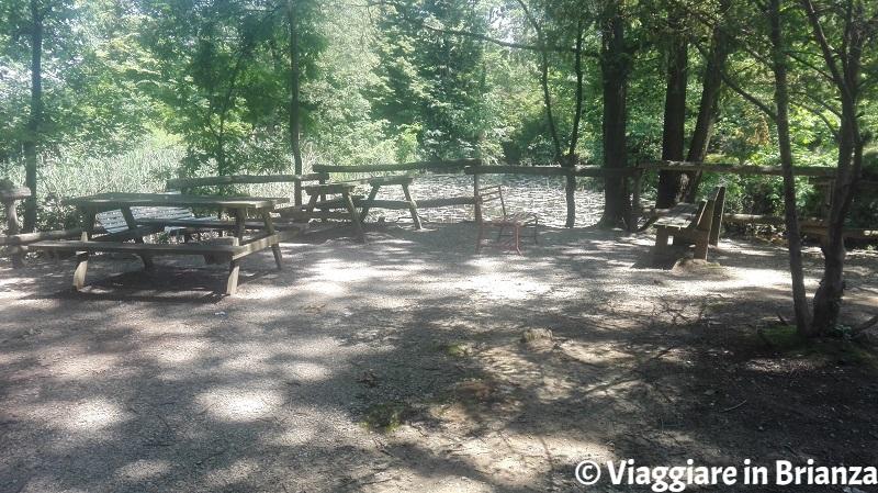 Tavoli e panchine ai laghetti della Mordina