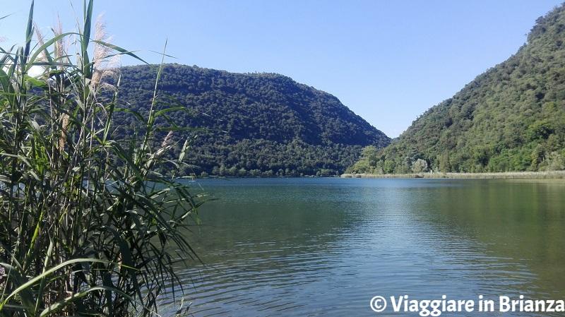 Il lago del Segrino per fare il bagno al lago in Lombardia