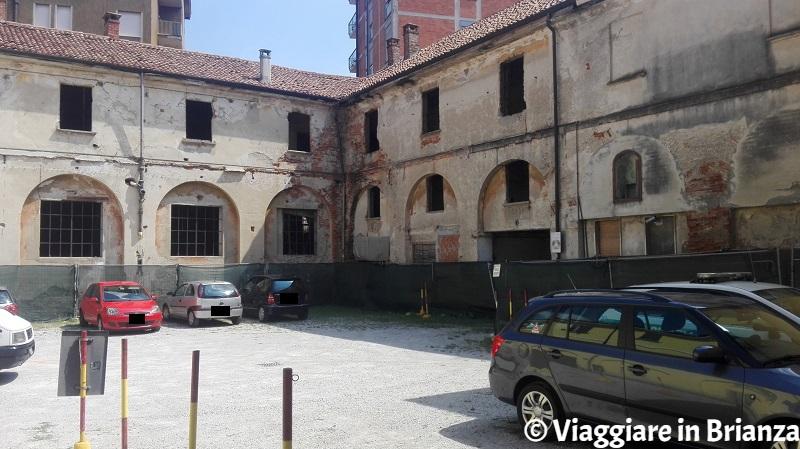 Cosa fare a Muggiò, Palazzo Brusa