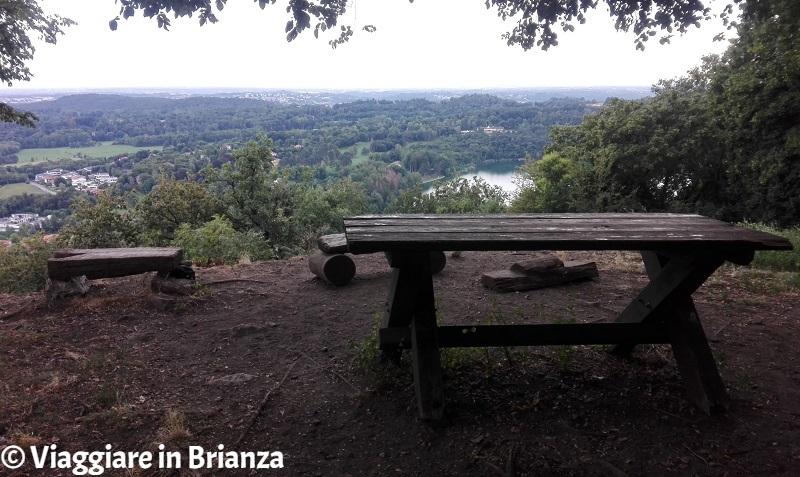 Il tavolo e le panchine sulla cima del Monte Orfano
