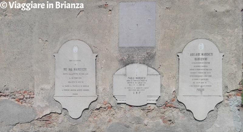 Le lapidi sul muro del Mausoleo Casati Stampa