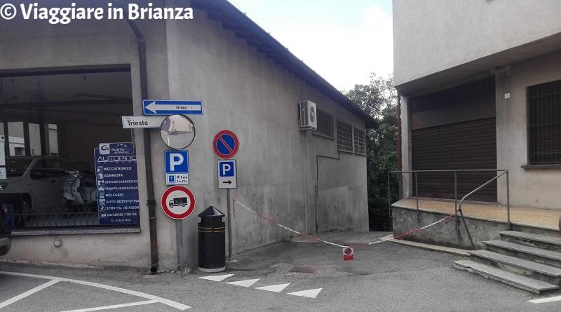 La strada di accesso alle torri sul Lambro a Briosco