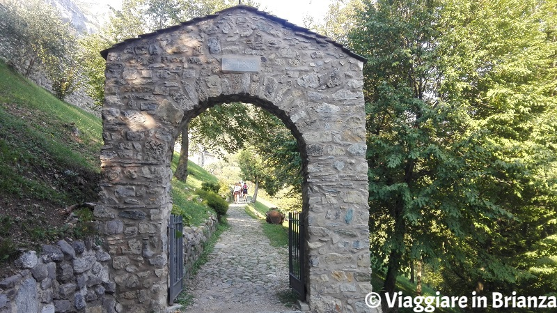 Il portale in pietra dell'Abbazia di San Pietro al Monte