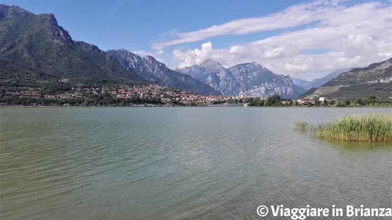 Il lago di Annone dalla pista ciclopedonale di Annone di Brianza