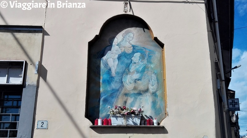 Barlassina, l'edicola della Madonna con Bambino e San Pietro Martire