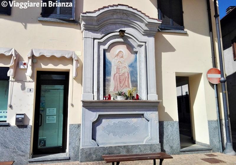 La Madonna con Bambino in piazza Italia a Veduggio con Colzano
