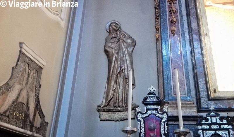 Il bassorilievo in bronzo di Maria nella Cappella del Santo Crocifisso della Basilica di Seregno