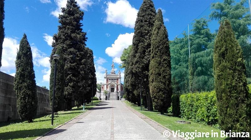 Carimate, il viale del cimitero
