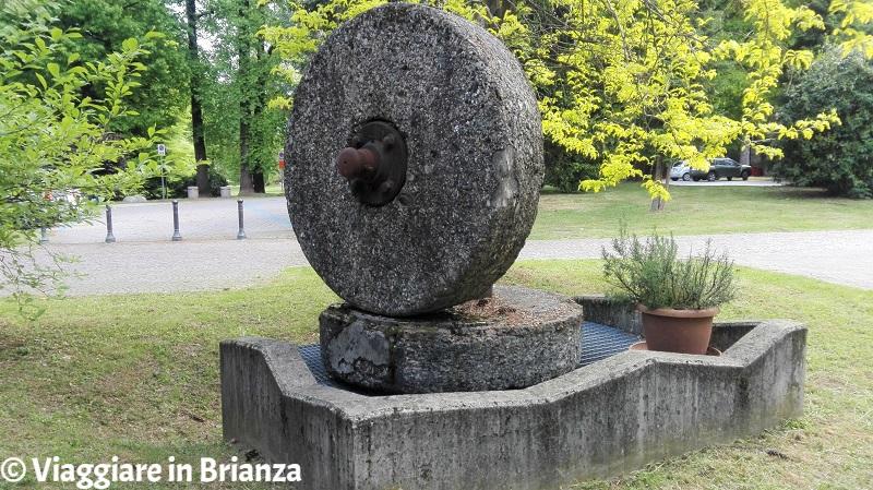 Cosa vedere a Fino Mornasco, la macina nel parco di Villa Mambretti