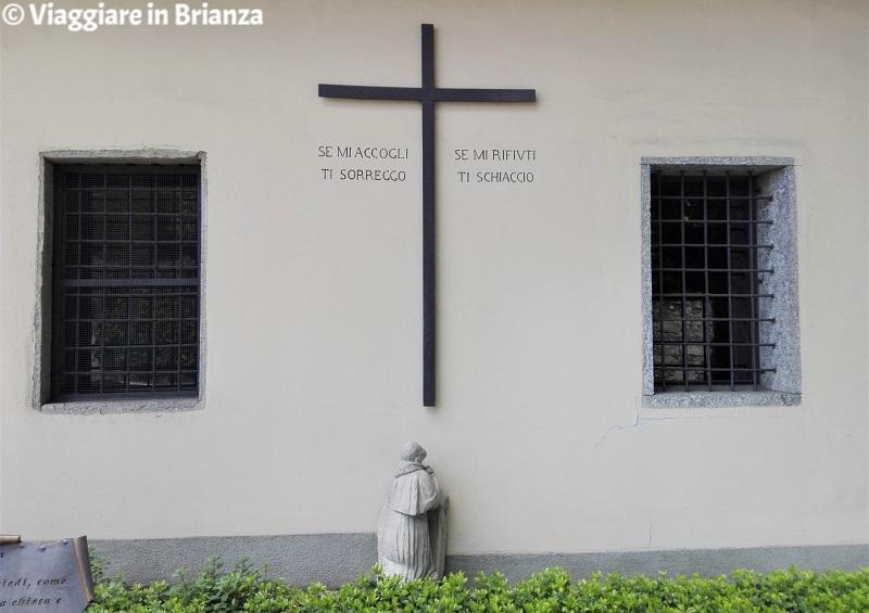 La scritta sulla chiesa di Cucciago