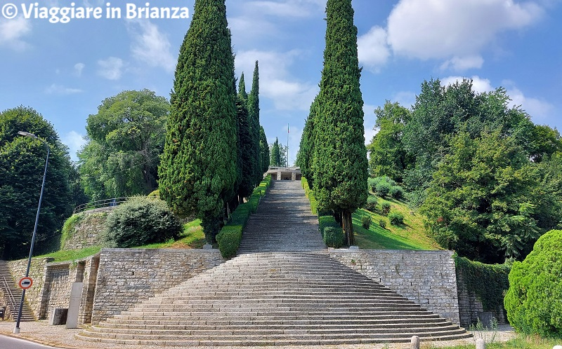 La scalinata del Monumento ai Caduti di Erba