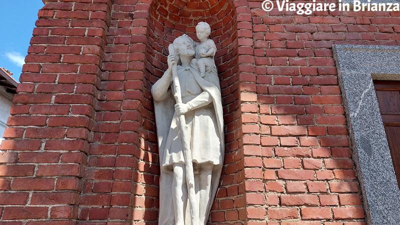 La statua di San Cristoforo nella Chiesa di San Rocco a Costa Masnaga