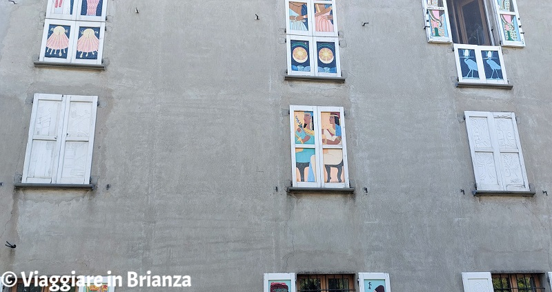 Cascina Villarosa a Brugora, le persiane colorate di Besana in Brianza