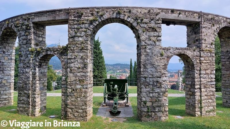 Erba, il Monumento ai Caduti e la vista panoramica
