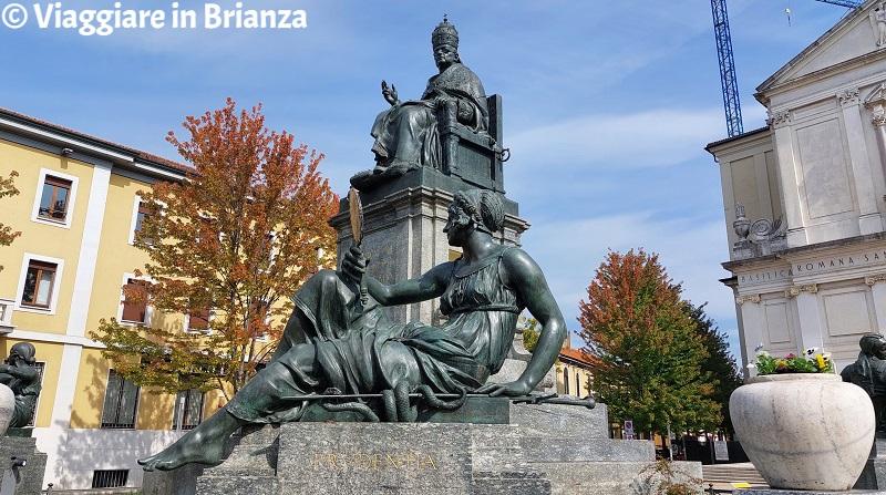 La statua della Prudenza del Monumento a papa Pio XI a Desio